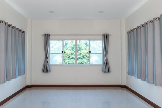 Zasłony i okno w pokoju