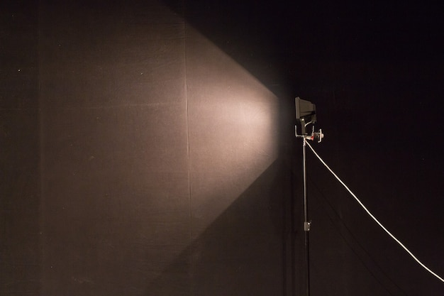 Zasłony i oświetlenie projektora z miejscem na tekst. ciemne tło z reflektorami, kopia przestrzeń