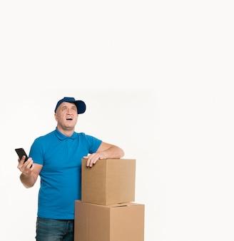 Zasmucony człowiek dostawy gospodarstwa smartphone
