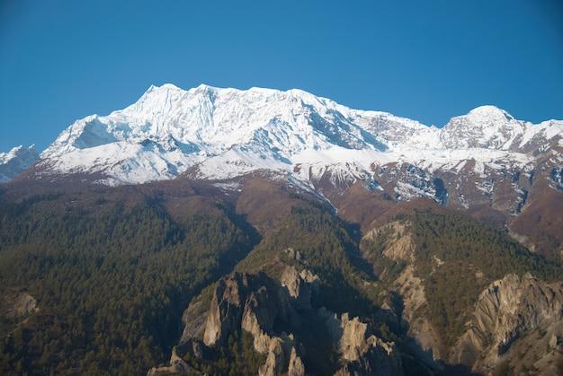 Zaśnieżone tybetańskie góry, widok z trekkingu annapurna