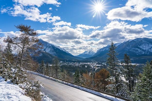 Zaśnieżony las górska droga górska norquay scenic drive park narodowy banff kanadyjskie skaliste