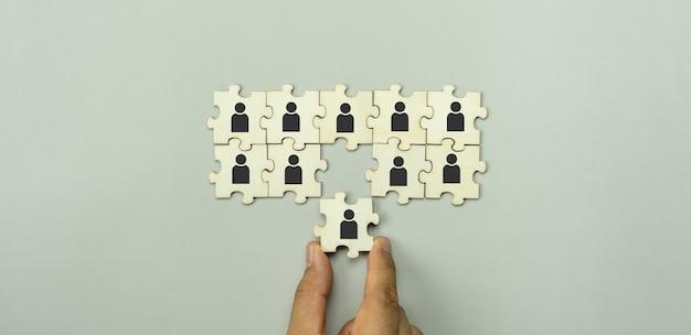 Zasoby ludzkie i biznes rekrutacyjnyręka dorosłego azjatyckiego mężczyzny trzymająca ludzi ikona społeczności