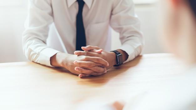 Zasoby ludzkie podczas rozmowy kwalifikacyjnej biznesmena w biurze.