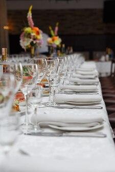 Zastawa stołowa na wesele lub inną kolację okolicznościową. koncepcja: porcja. uroczystość. rocznica. ślub