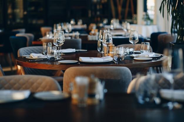 Zastawa stołowa piękny stół ustawienie w restauracji