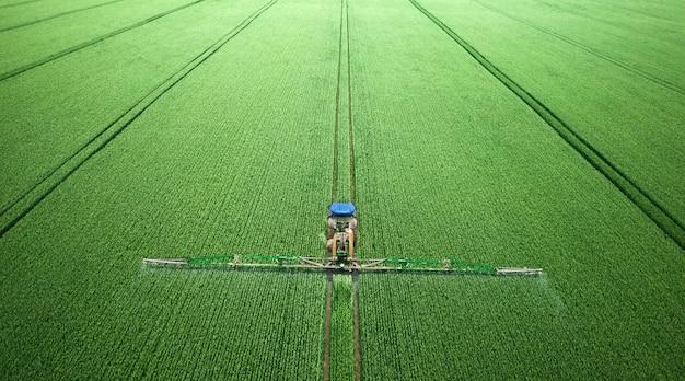Zastosowanie w polu nawozów rozpuszczalnych w wodzie, pestycydów lub herbicydów. widok z drona.
