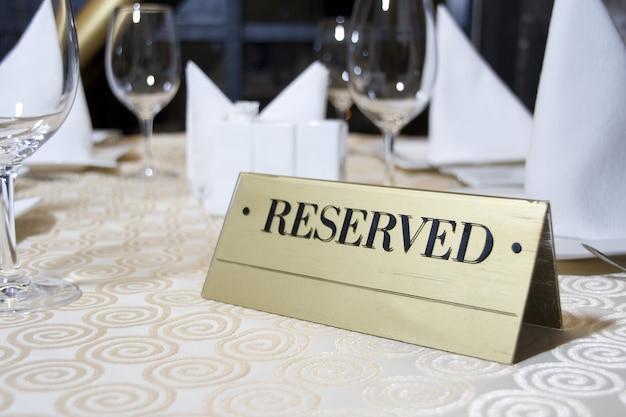 Zastrzeżony znak na stole