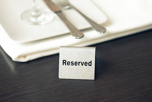 Zastrzeżony znak, żelazna płyta na stole w kawiarni lub restauracji