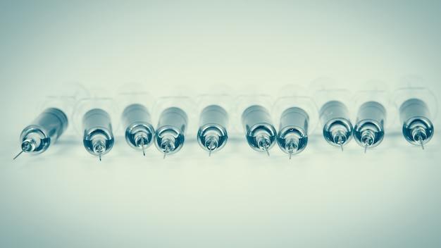 Zastrzyk szczepionki przeciw grypie, hpv, szczepionka przeciwko odrze za pomocą strzykawki i igły