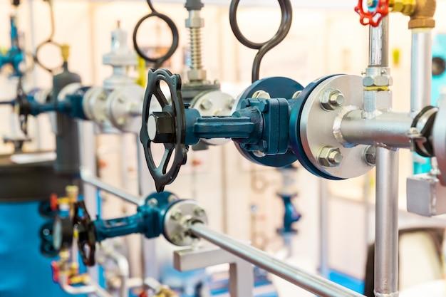 Zasuwy, rurociąg wodny, obieg ciepła. stacja kontroli temperatury i ciśnienia