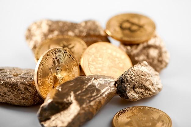 Zaszyfrowany złoty bitcoin wraz ze złotymi bryłami reprezentującymi najważniejsze trendy finansowe na całym świecie.