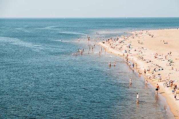 Zatłoczona plaża miejska w letni dzień