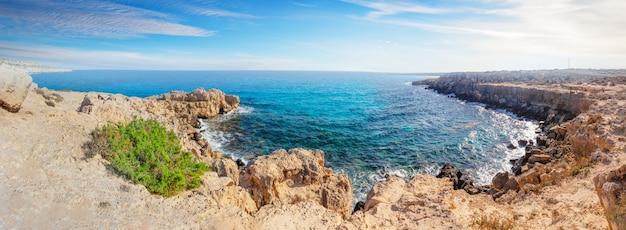 Zatoczka z lazurową wodą w cape cavo greco