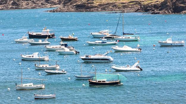 Zatoczka z małymi łódkami w cadacez, hiszpania