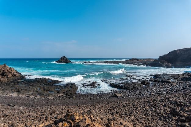 Zatoczki gemstone na isla de lobos, u północnych wybrzeży fuerteventury na wyspach kanaryjskich. hiszpania