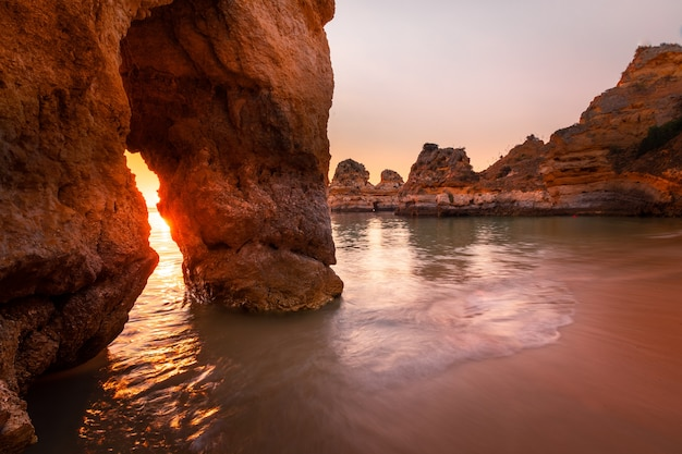 Zatoczki i klify w ponta da piedade, najsłynniejszym miejscu regionu algarve w portugalii.