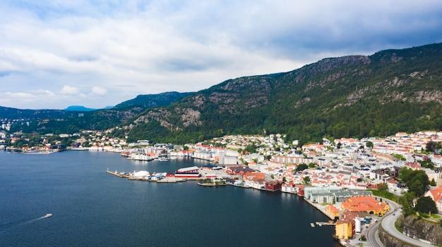 Zatoka bergen w norwegii z łodziami