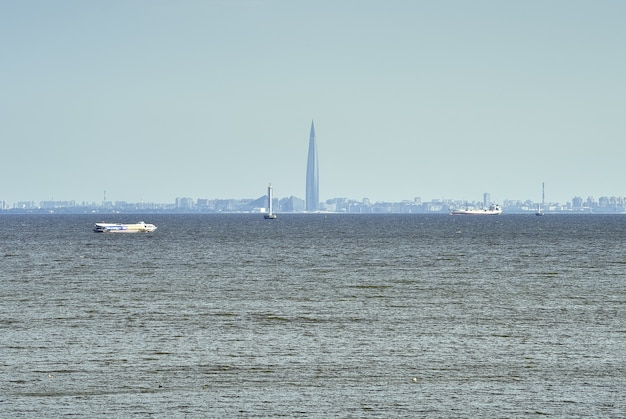 Zatoka Fińska Panorama Sankt Petersburga W Niebieskiej Mgiełce Statki Pasażerskie W Centrum Lakhta Premium Zdjęcia