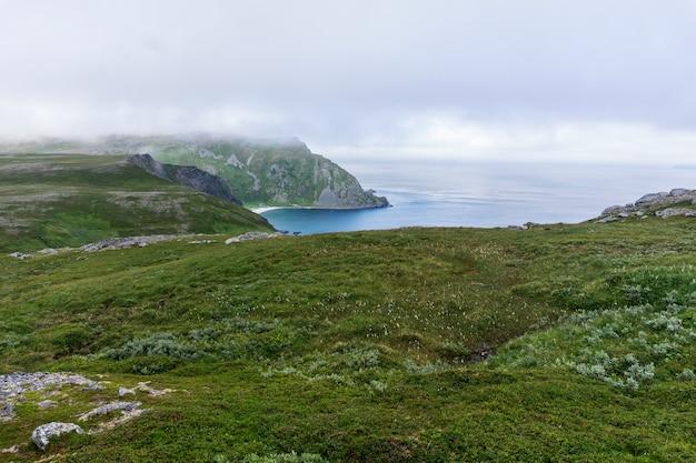 Zatoka i plaża na wyspie soroja, norwegia