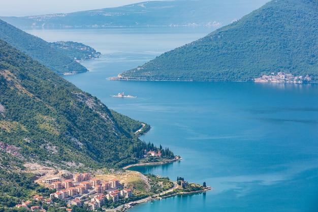 Zatoka kotorska letni mglisty widok z góry i miasto kotor na wybrzeżu (czarnogóra)
