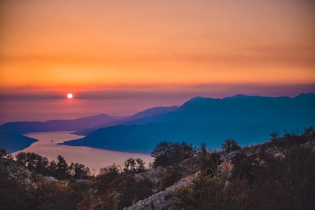 Zatoka kotorska o zachodzie słońca