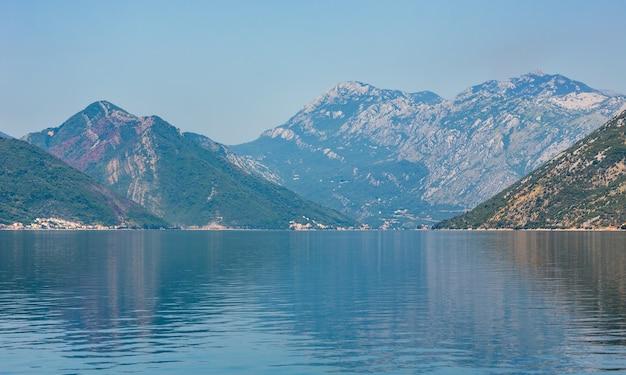 Zatoka kotorska zamglony latem z góry i miasto kotor na wybrzeżu (czarnogóra)
