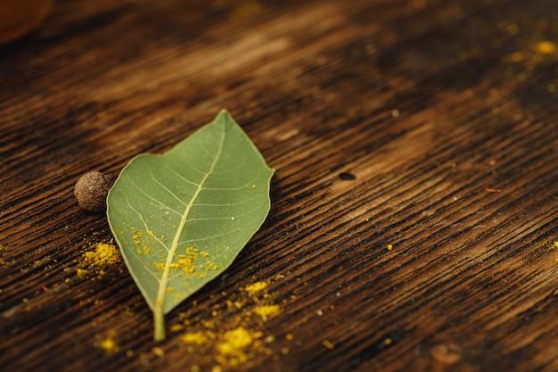 Zatoka liście na drewnianym stołu zakończeniu up