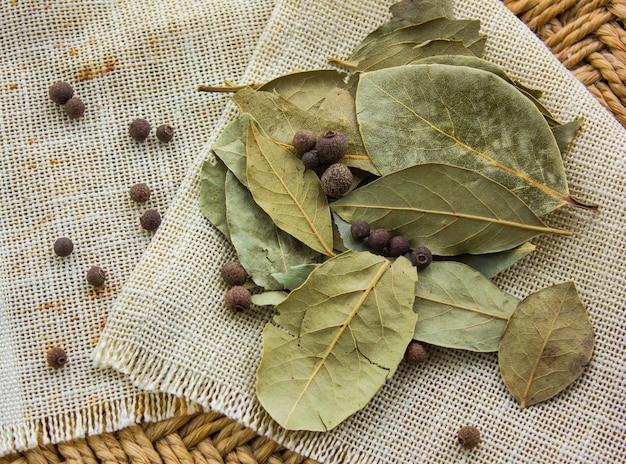 Zatoka liście na workowym tle. suchy liść laurowy. suszone liście laurowe w pakiecie.