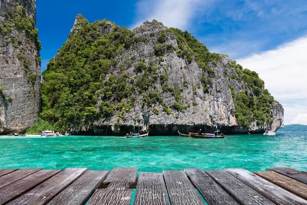 Zatoka majów na wyspie phiphi leh w krajobrazie morza andamańskiego.