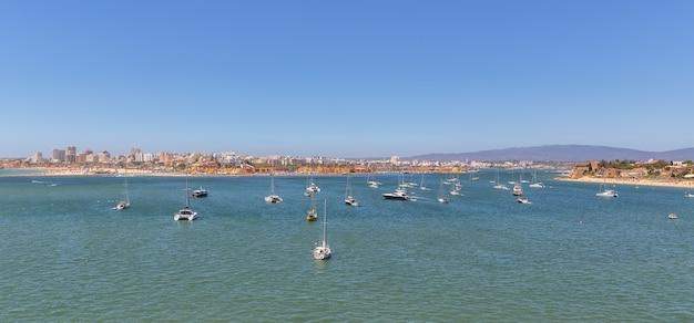 Zatoka marina port w portimão. z jachtami