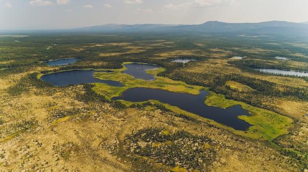 Zatoka morska otoczona górami. półwysep kony. morze ochockie. region magadan. rosja.