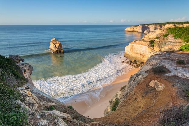 Zatoka na oceanie z pięknymi niebieskimi falami. portugalia algarve.