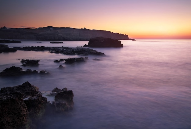 Zatoka niebo i morze podczas zachodu słońca. piękny wieczór seascape