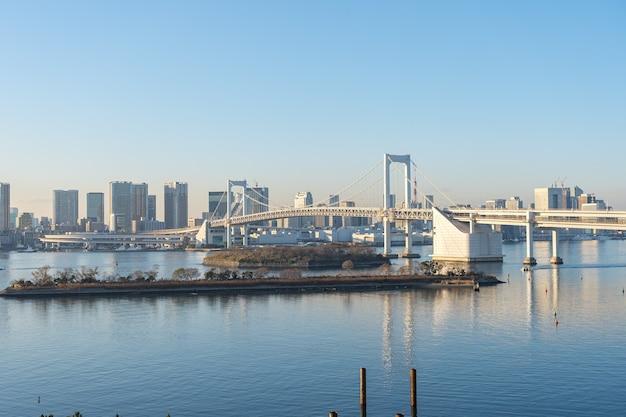Zatoka tokio z widokiem na rainbow bridge w mieście tokio, japonia.
