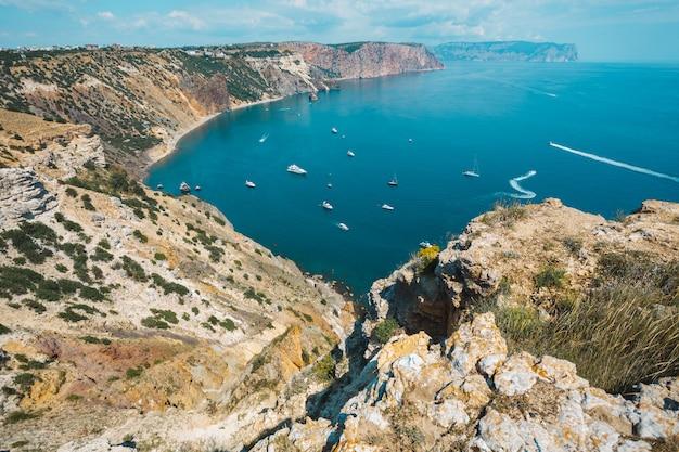 Zatoka. widok z góry na morze ze statkami z przylądka