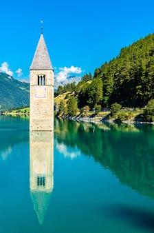 Zatopiona dzwonnica curon w graun im vinschgau nad jeziorem reschen w południowym tyrolu we włoszech