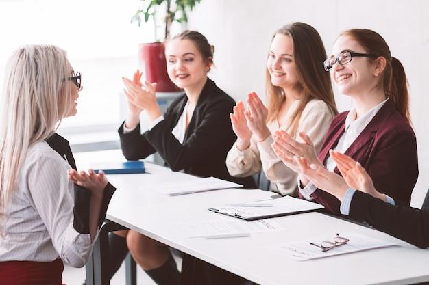 Zatrudniony. firma zorientowana na kobiety. biznes dla kobiet. wsparcie i upodmiotowienie. hr klaskanie w wybranego kandydata