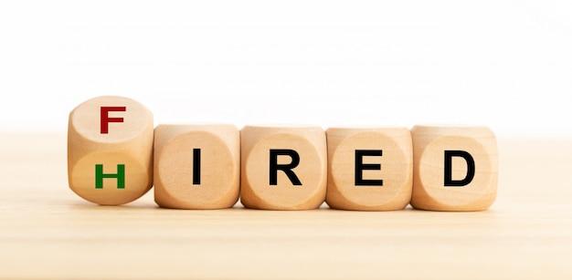 Zatrudniony zatrudniony koncepcja. drewniane klocki z tekstem na stole. zatrudnienie lub koncepcja biznesowa. skopiuj miejsce