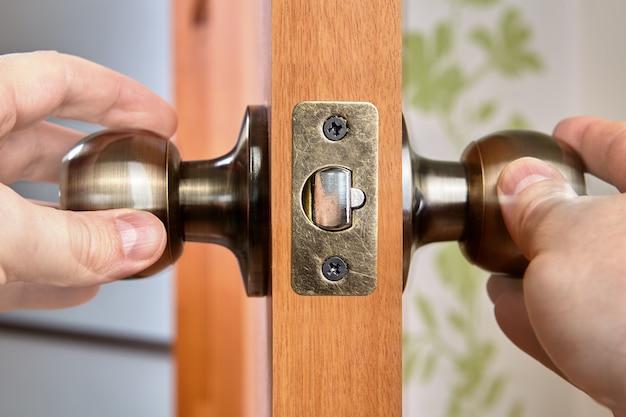 Zatrzask drzwi ma mechanizm sprężynowy, który obraca się gałka drzwi, aby zwolnić ją z blachy zaczepowej ościeżnicy