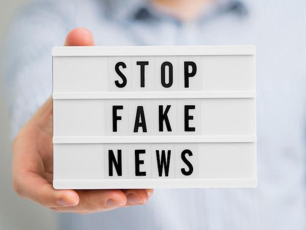 Zatrzymaj fałszywe wiadomości na białej tablicy