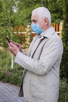 Zatrzymaj infekcję, mężczyzna nosić maskę przeciw chorobom zakaźnym i grypie. pojęcie opieki zdrowotnej. starszy mężczyzna z maski medyczne za pomocą telefonu do wyszukiwania wiadomości.