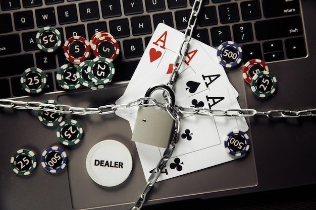 Zatrzymaj koncepcję kasyna online z kłódką, kartami do gry i klawiaturą