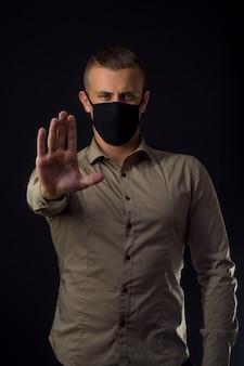 Zatrzymaj koronawirusa. mężczyzna w masce ochronnej