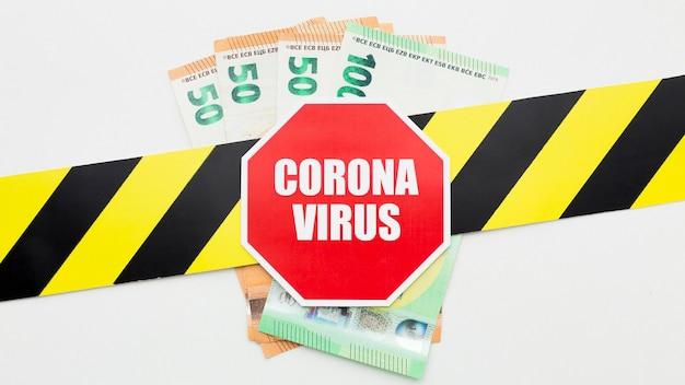 Zatrzymaj pasek koronawirusa nad banknotami