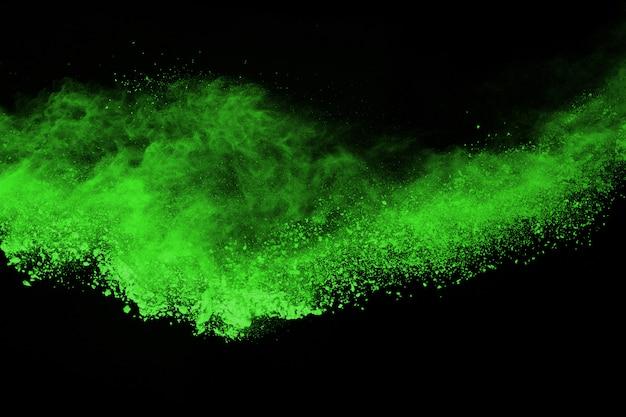 Zatrzymaj ruch sproszkowanej zieleni na czarnym tle.