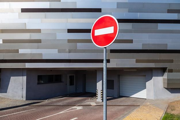 Zatrzymaj znak drogowy przed podziemnym miejscem parkingowym dla pojazdów z elektronicznym systemem serwisowym