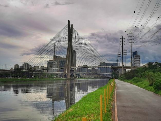 Zatrzymany most w sao paulo przez pinheiros.