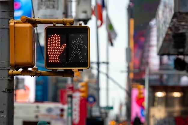 Zatrzymuje, no chodzi czerwonej ręki sygnalizację drogowa dla pieszy w manhattan, defocused uliczny tło, miasto nowy jork, usa