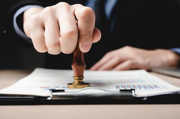 Zatwierdzanie dokumentu finansowego firmy, podpisy biznesmena dokumenty do umowy w biurze, osoby spotykające się w celu podpisania sukcesu papier inwestycyjny, hipoteka i pożyczka, notariusz pracujący z prawem w zakresie bankowości dłużnej