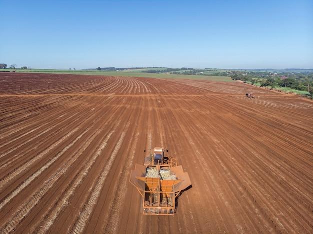 Zautomatyzowany ciągnik do sadzenia trzciny cukrowej w brazylii - pederneiras-sao paulo-brasil - 03-20-2021.